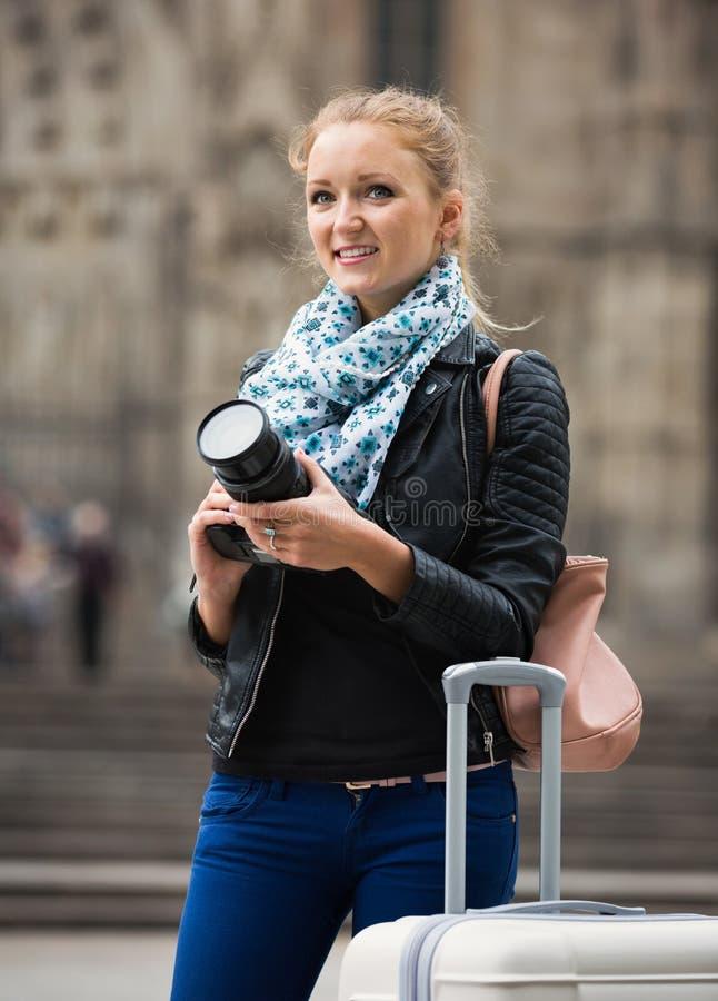 Flicka som tar bilder av sikt på stadsutfärden royaltyfria foton