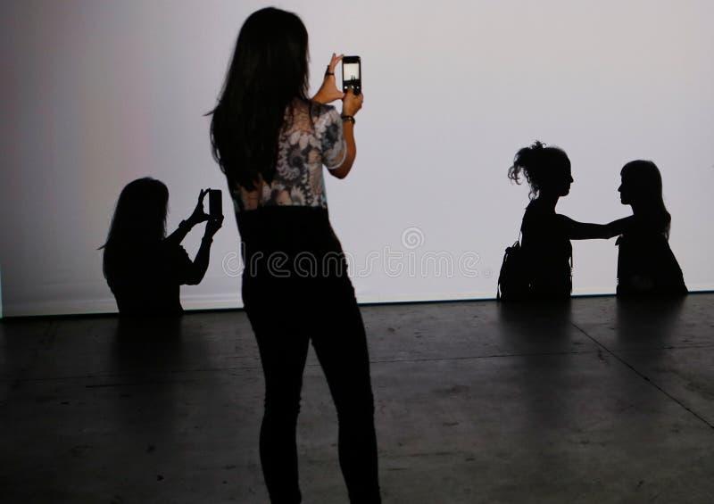 Flicka som tar bilder med hennes smartphone royaltyfri foto
