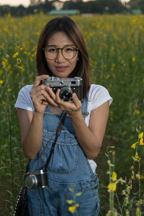 Flicka som tar fotoet arkivbild