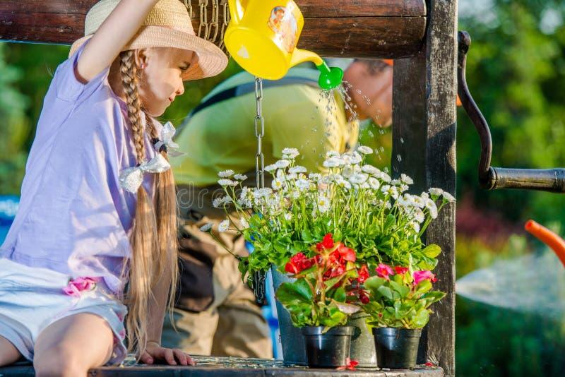 Flicka som tar omsorg av blommor fotografering för bildbyråer