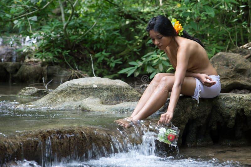 Flicka som tar på vatten fotografering för bildbyråer