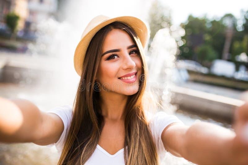 Flicka som tar selfiefotoet arkivbilder