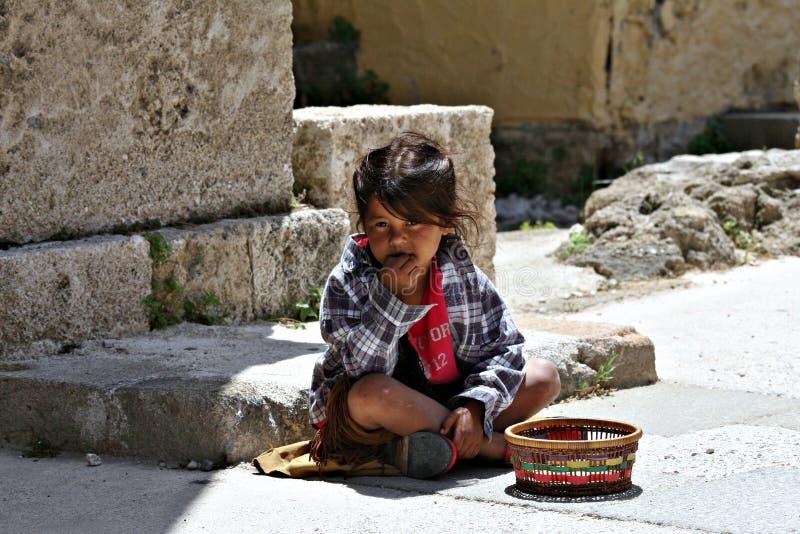 Flicka som tigger på Rhodes, Grekland arkivbilder