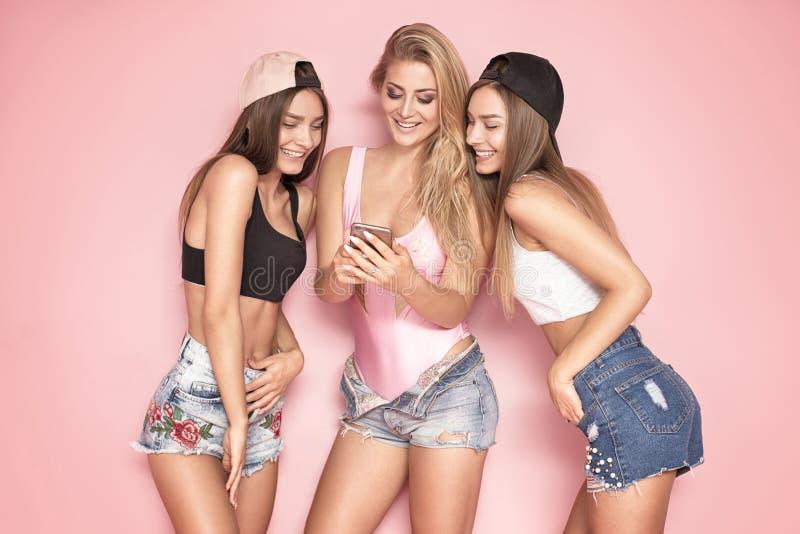 Flicka som tre tar selfie arkivfoto