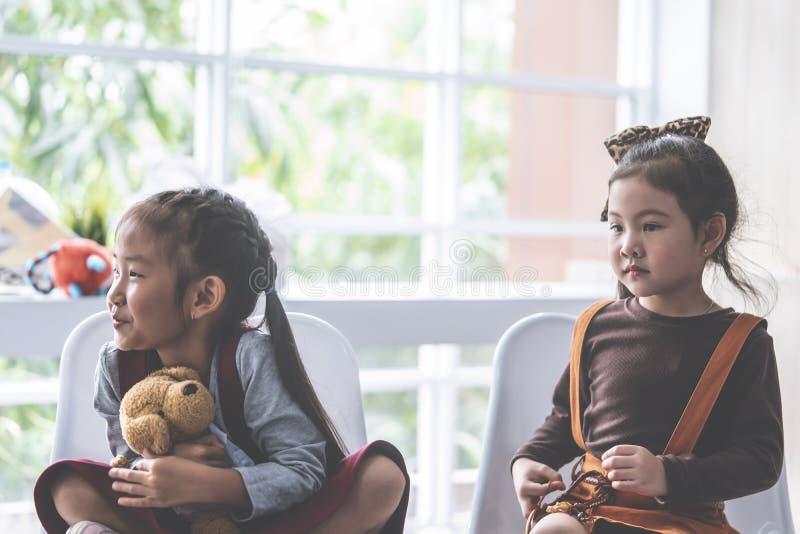 Flicka som tv? tillsammans sitter i klassrum royaltyfri fotografi