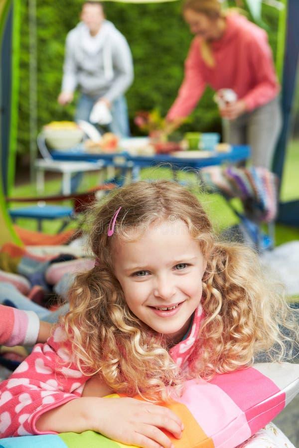 Flicka som tycker om campa ferie för familj på campingplats royaltyfri bild