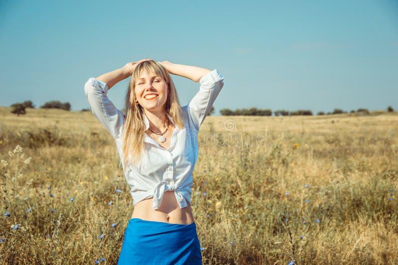 Flicka som tycker om det sommarsolen och livet Begreppsliv är bra royaltyfri bild