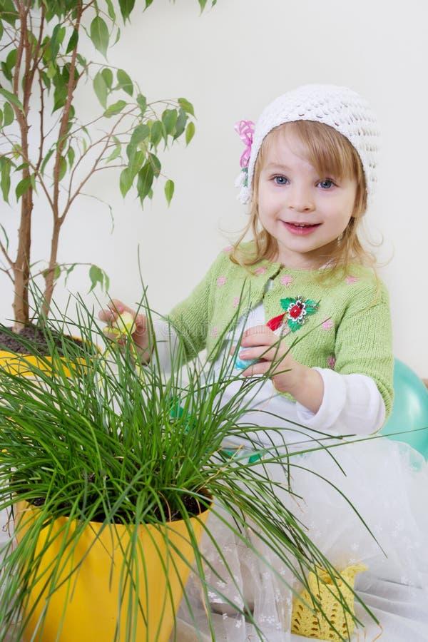 Flicka som tycker om gröna växter på våren arkivbilder