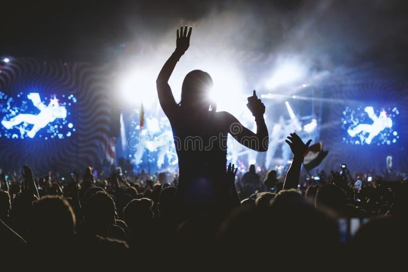 Flicka som tycker om konserten för musikfestival arkivbilder