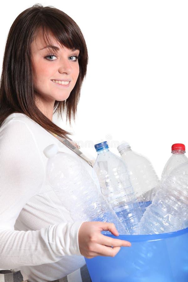 Flicka som ut tar återvinningen arkivbild