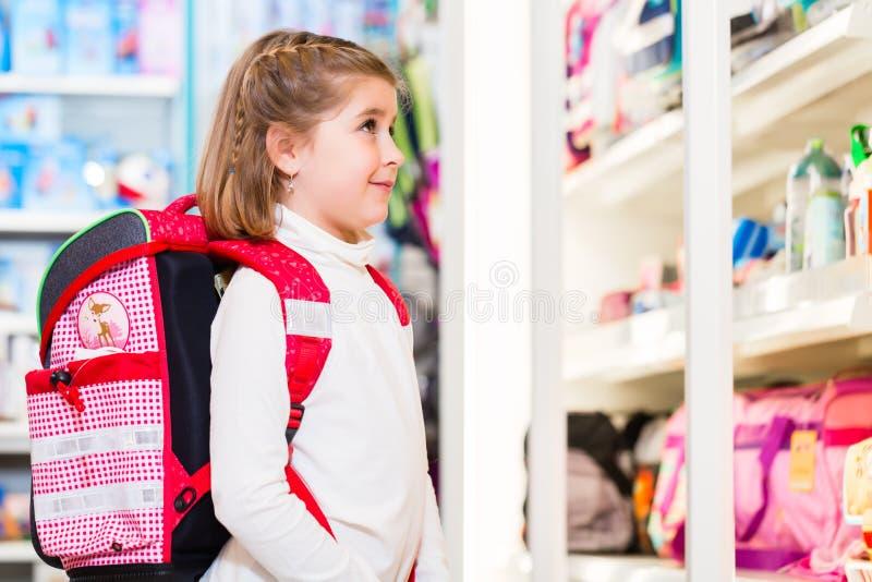 Flicka som väljer tillförsel för den första dagen i skola royaltyfri fotografi