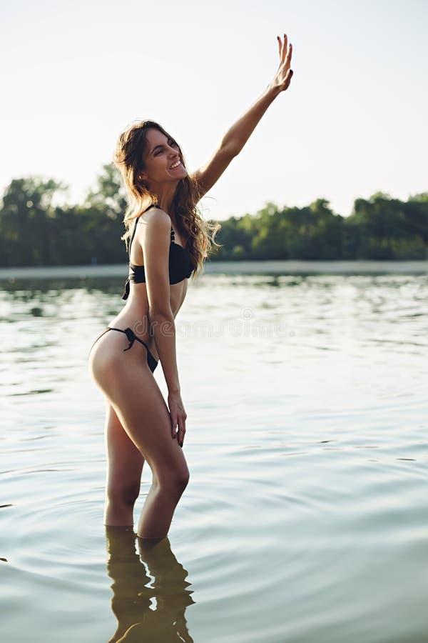 Flicka som vinkar från vatten royaltyfri fotografi