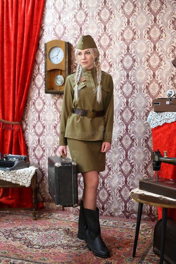 Flicka-sovjet soldaten går till framdelen royaltyfri fotografi