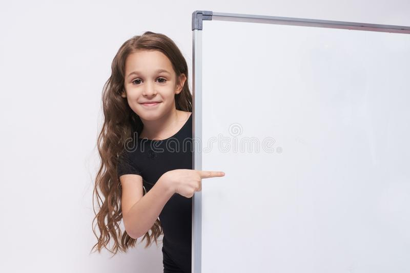 flicka Stående barn boaen brunett gest show royaltyfri foto