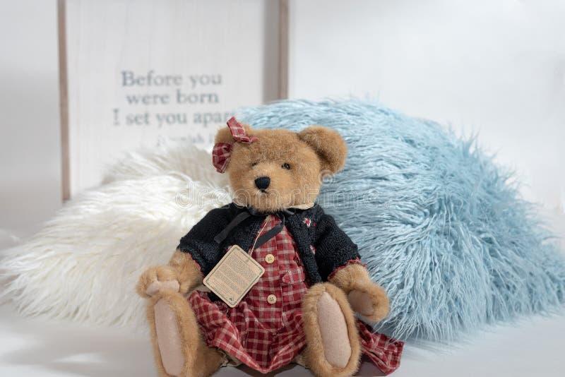 Flicka Teddy Bear Background med religiöst tema royaltyfri foto