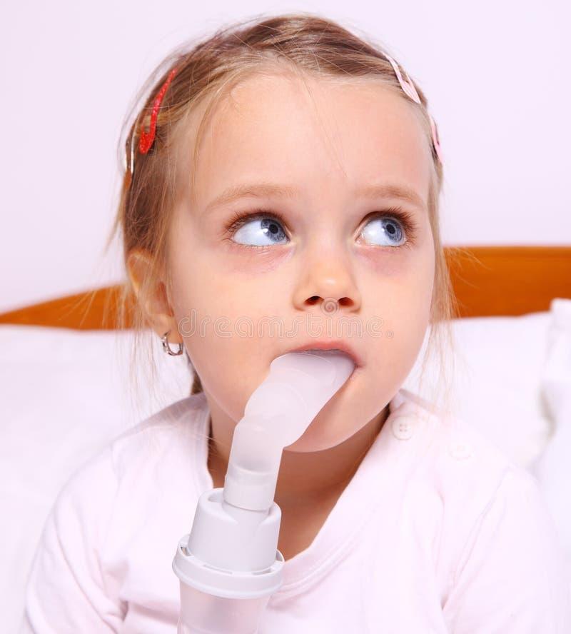 Flicka under behandling för respiratoriska ærosoler royaltyfria foton