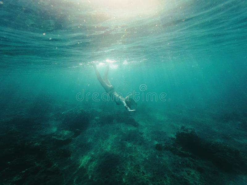 flicka under vatten royaltyfri fotografi