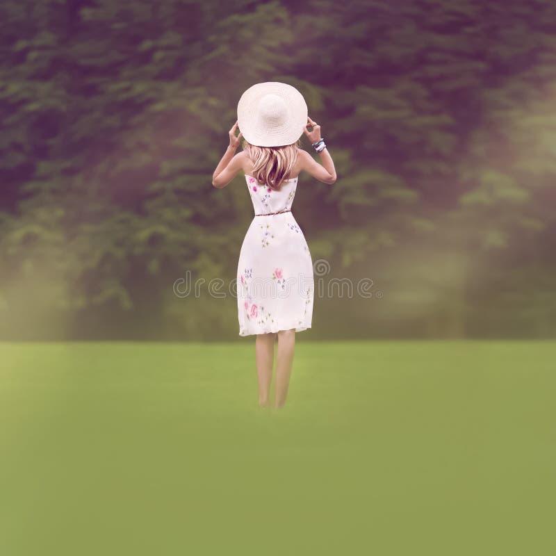 flicka utomhus Sommar går arkivfoton
