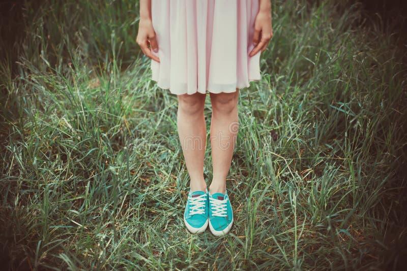 Flickaanseende i gräset fotografering för bildbyråer