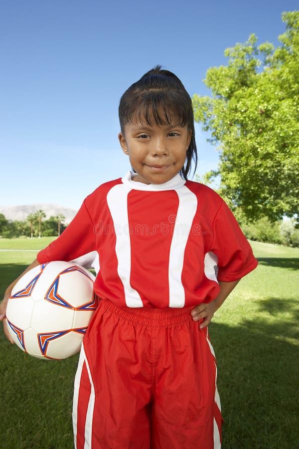 Flickaanseende med fotbollbollen royaltyfri fotografi