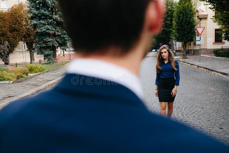 Flickaanseende nära grabben fotografering för bildbyråer