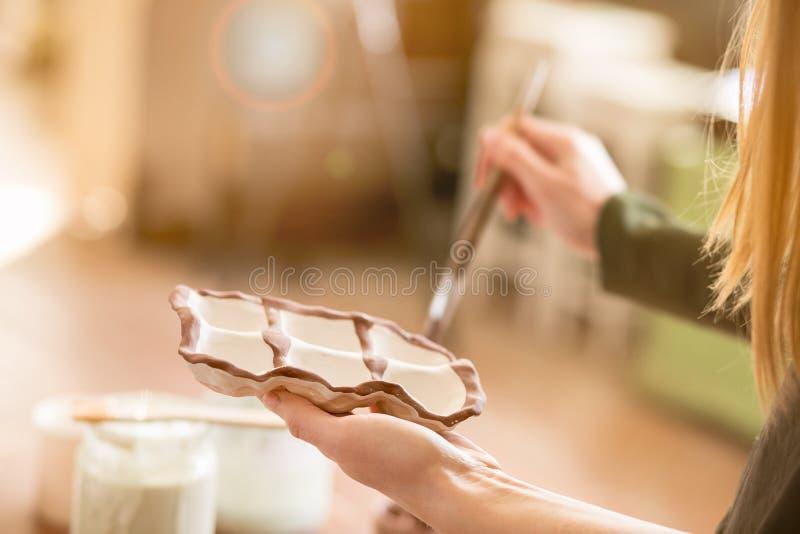 Flickaattraktionmodellerna på lergods keramik royaltyfria foton