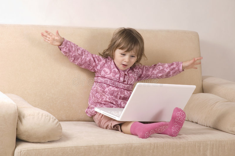 flickabärbar dator genom att använda barn arkivfoto