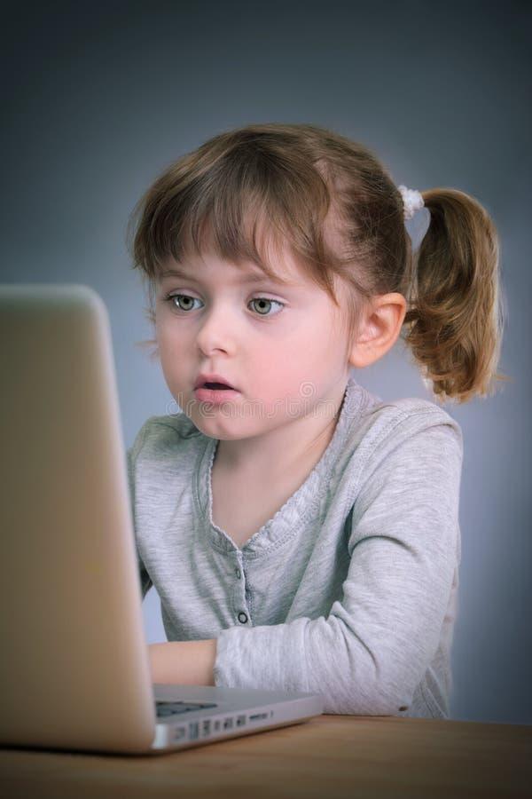 flickabärbar dator little arkivfoto