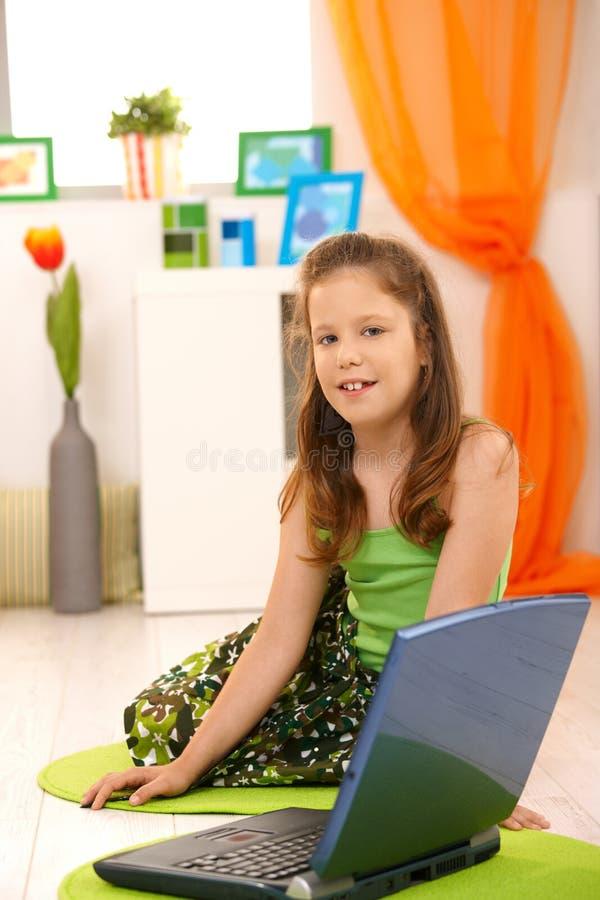 flickabärbar dator little stående royaltyfri bild