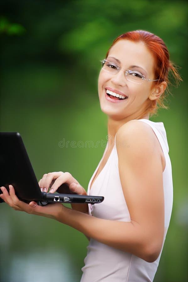 flickabärbar dator utomhus fotografering för bildbyråer