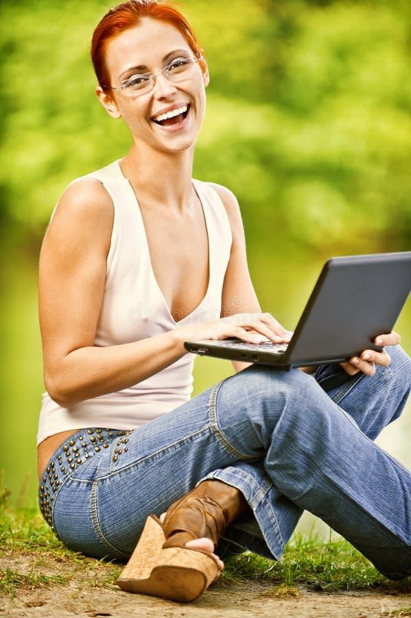 flickabärbar dator utomhus royaltyfri foto