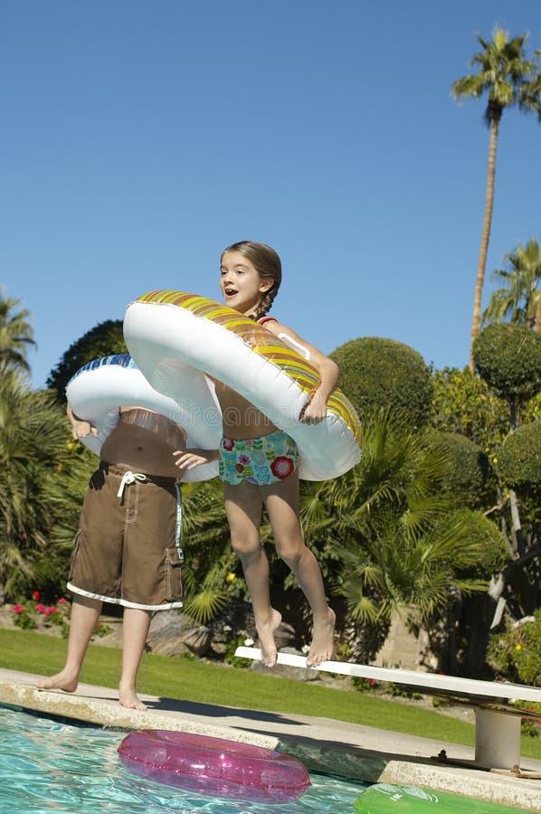 Flickabanhoppning i simbassäng royaltyfri bild