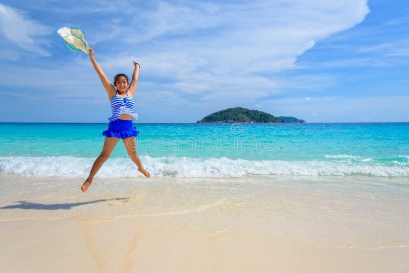 Flickabanhoppning med lyckligt på stranden på Thailand royaltyfri foto