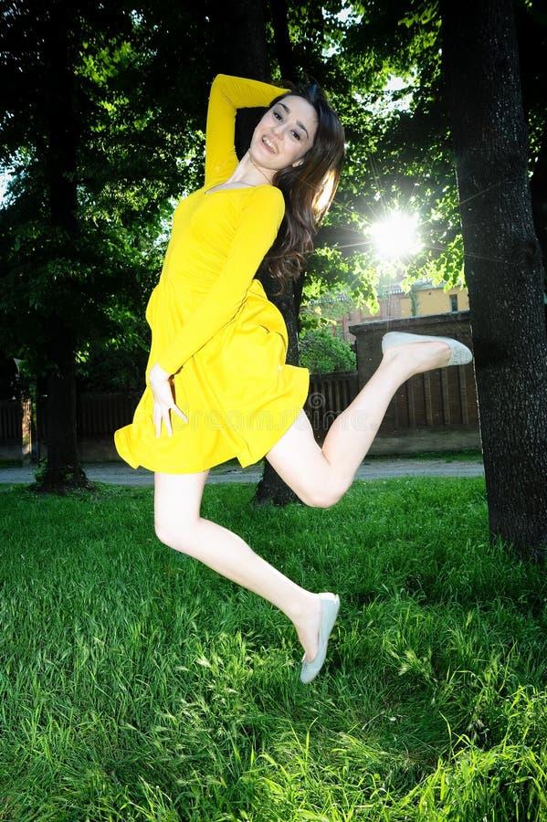 Flickabanhoppning på gräset. royaltyfri bild