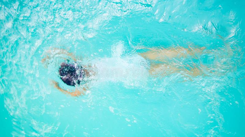 Flickabarnsimning och dykning på sommar arkivfoto