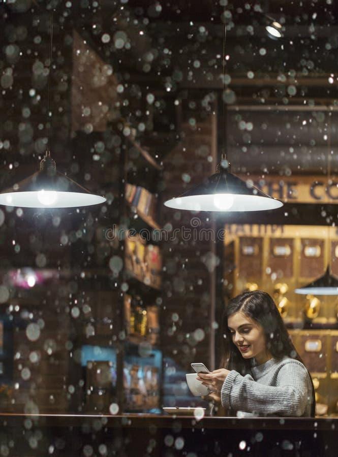 Flickabläddrande Smartphone i kafé royaltyfri fotografi