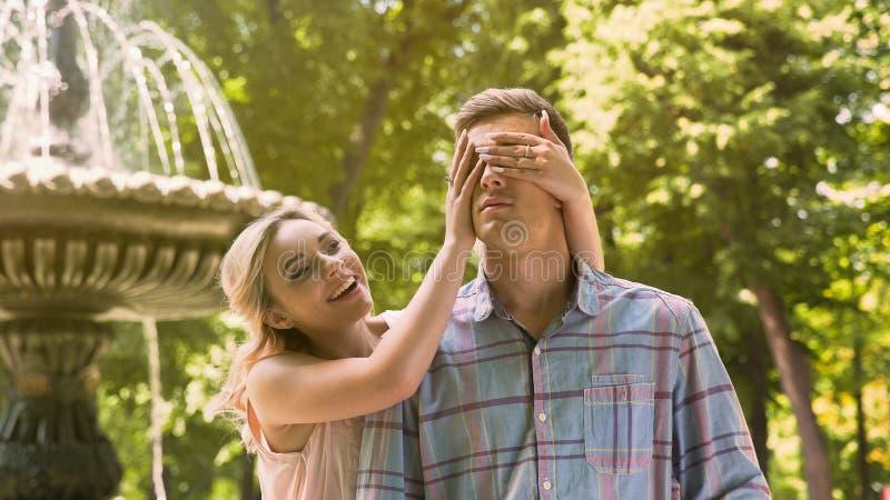 Flickabokslutet synar till hennes pojkvän, danandeöverraskningen som älskar par på datum arkivfoto