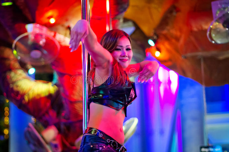 Flickadans på polen i nattklubben av Patong arkivbild