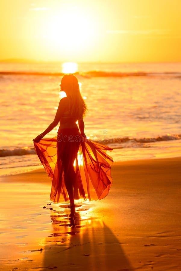 Flickadans på stranden på solnedgången, Mexiko 2 arkivbilder