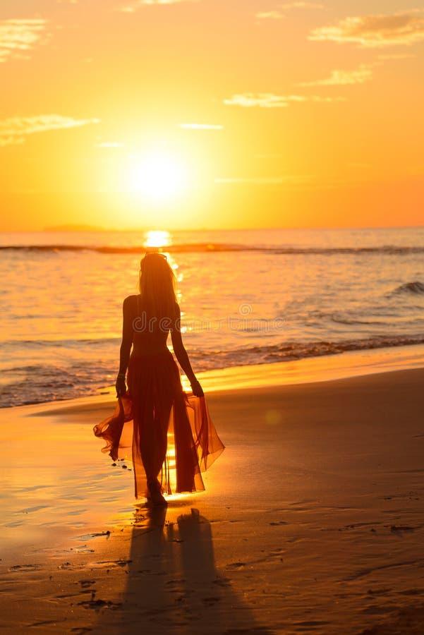 Flickadans på stranden på solnedgången, Mexiko 3 arkivbilder