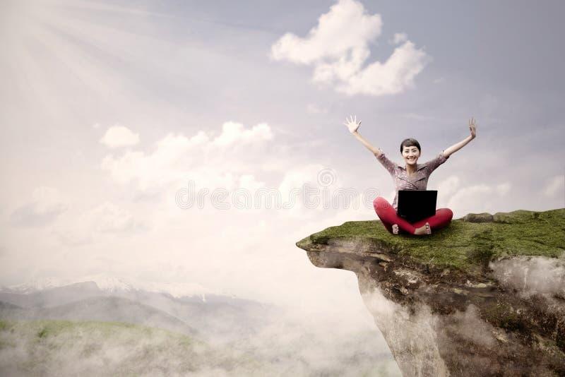 Flickadeltagaren lyckas på kickberg arkivfoto