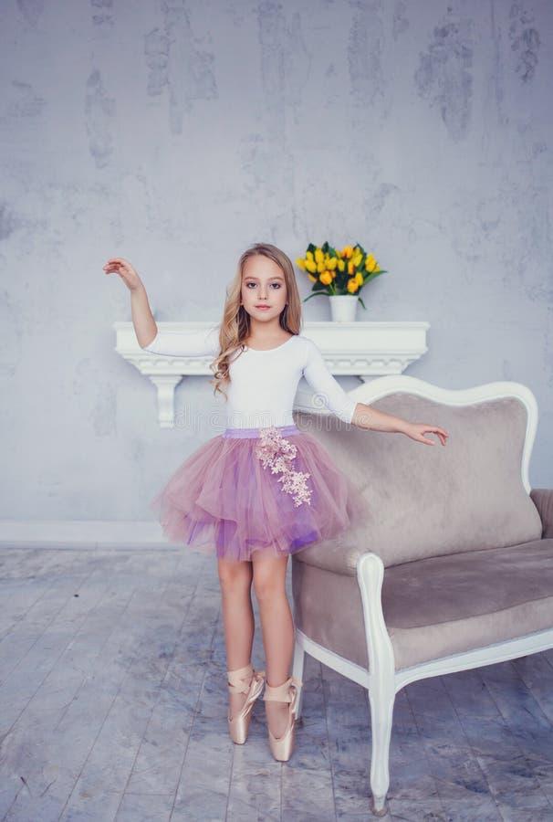 Flickadrömmar för litet barn av den passande ballerina royaltyfria bilder