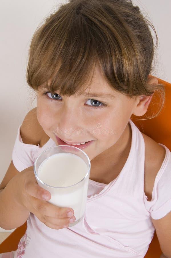 flickaexponeringsglas mjölkar att le fotografering för bildbyråer