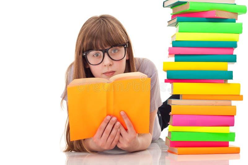 flickaexponeringsglas som läser barn fotografering för bildbyråer