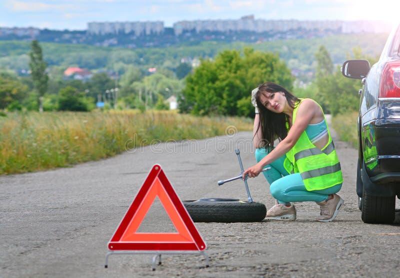 Flickaförtvivlan med utbytet för extra- hjul arkivbild