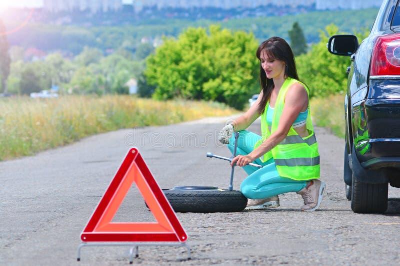 Flickaförtvivlan med utbytet för extra- hjul royaltyfria foton