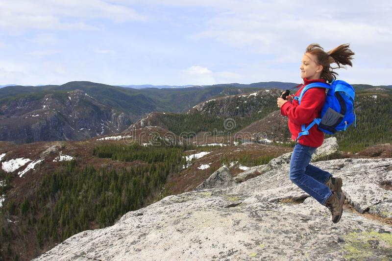 Flickafotvandrare som hoppar och beundrar skönhetberglandskapet i Quebec royaltyfri foto