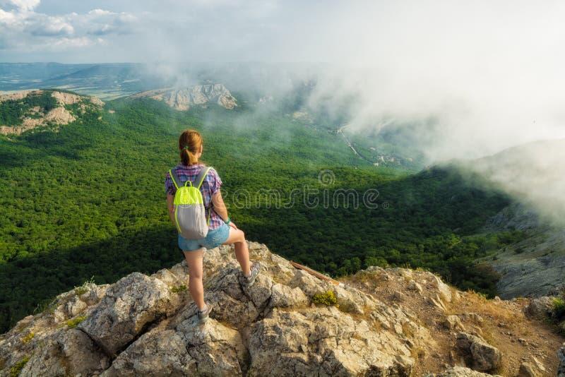 Flickafotvandraren tycker om de Krim bergen royaltyfri bild