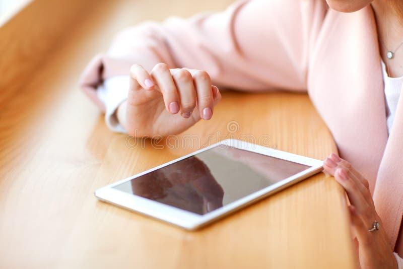 Flickafreelancer som rymmer en minnestavla i kaf?t royaltyfria foton