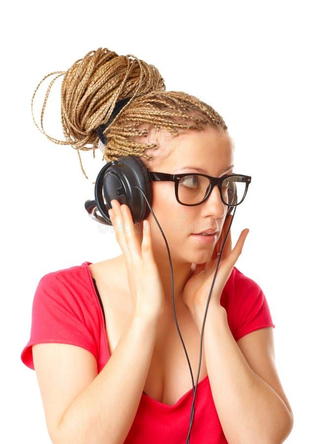 flickafrisyr som lyssnar många musikflätor till royaltyfri fotografi